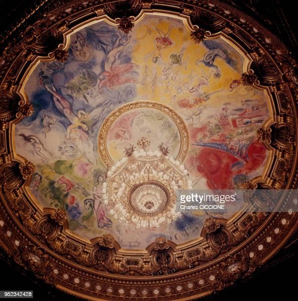 Peinture de Marc Chagall au plafond d'une coupole de l'Opéra Garnier à Paris, en France.