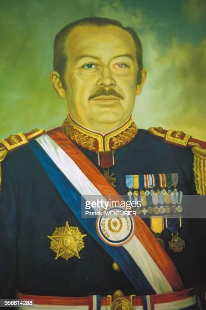 Peinture du président Alfredo Stroessner en mai 1986 à Asuncion au Paraguay