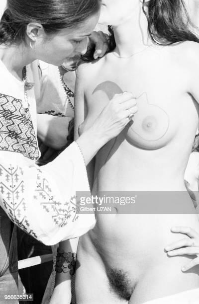 Peinture sur corps ou bodypainting à la Fête du PSU en juin 1975 à La Courneuve France