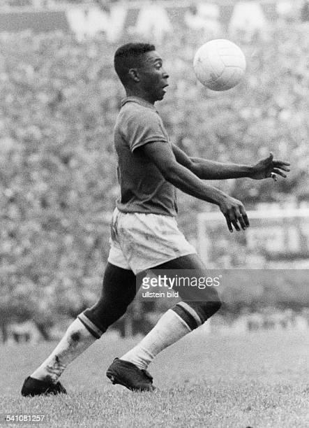 Pelé *Fussballspieler Brasilien Weltmeister 1958 1970'Sportler des Jahrhunderts' Spielszene mit dem Ball auf Kopfhoehe 1963
