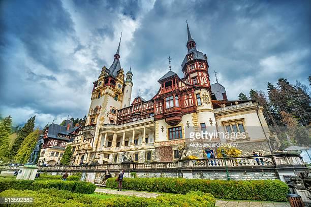 peles castle in sinaia, rumänien - siebenbürgen stock-fotos und bilder