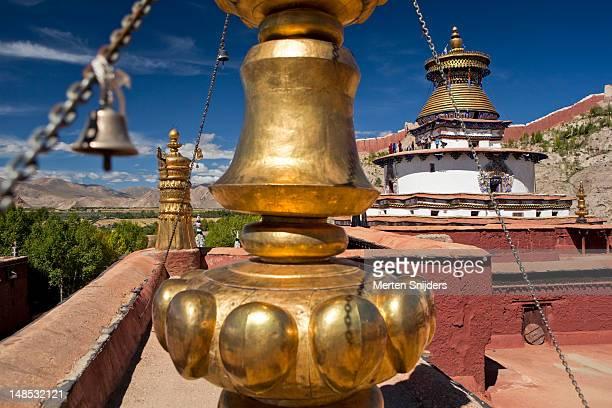 pelkor chode monastery with gyantse kumbum  in the background. - merten snijders - fotografias e filmes do acervo