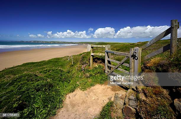 pembrokeshire coast path beside newgale beach - wales stockfoto's en -beelden