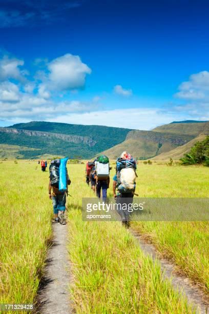 pemon autóctonos llevar equipaje al auyantepuy venezuela para la expedición - la gran sabana fotografías e imágenes de stock