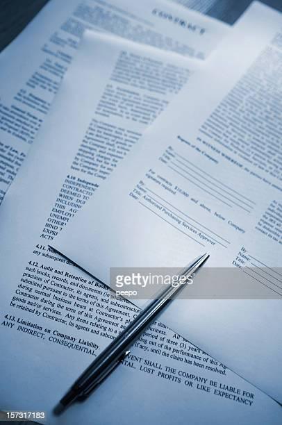 bolígrafo acostado de contacto - documento legal fotografías e imágenes de stock