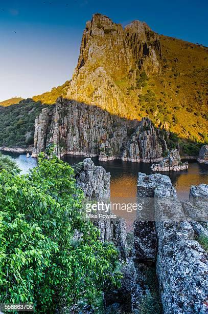 pena falcon rock, monfrague np - estremadura stock-fotos und bilder