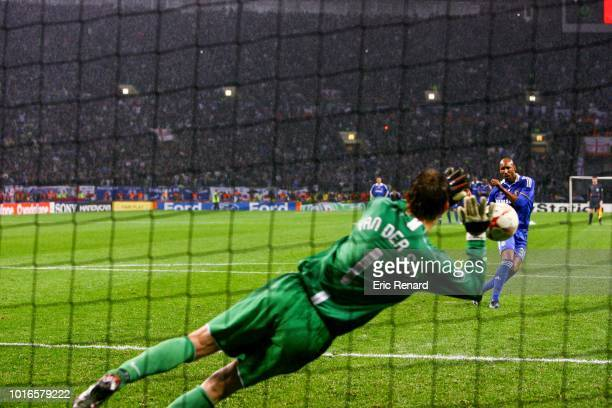 Penalty shoot out of Nicolas ANELKA of Chelsea and Edwin VAN DER SAR of Manchester United during the Champions League finale match between Manchester...