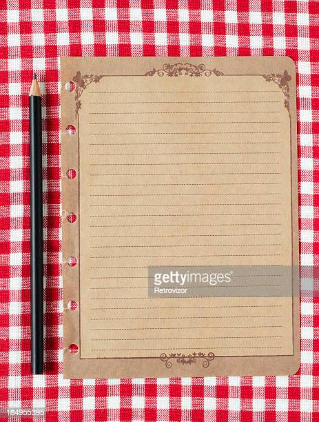 ペンシル、古い紙の背景に赤の tableclot