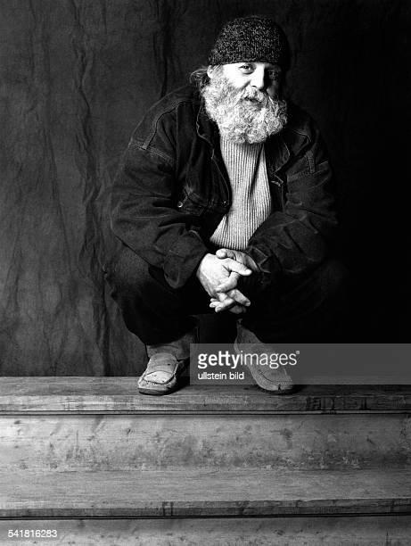 Penck AR *Bildender Kuenstler Maler Bildhauer D Portrait hockend mit Muetze 1993WERBLICHEUNDVERFREMDENDE