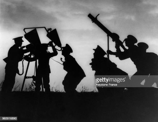 Pendant l'attaque, une mitrailleuse tire sur les envahisseurs, dirigée par un appareil décelant les avions par le son, à Londres, Royaume-Uni le 23...