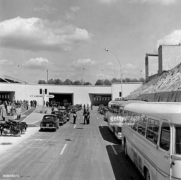 Pendant l'inauguration voici le cortège officiel sur le tronçon du Boulevard périphérique à la Porte d'Italie à Paris France le 12 mai 1960