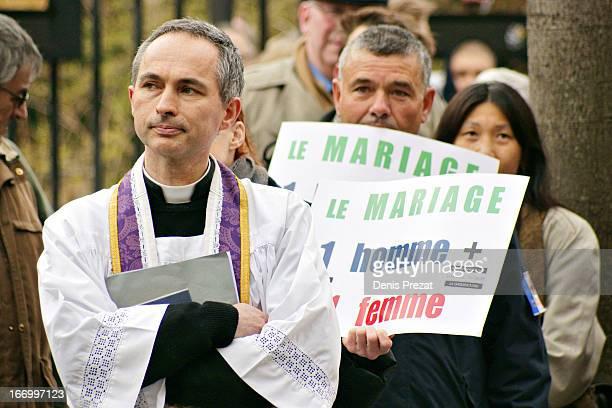 Pendant que les sénateurs poursuivent les débats concernant le Mariage pour Tous, se déroulent devant le Sénat des manifestations d'opposants avec...