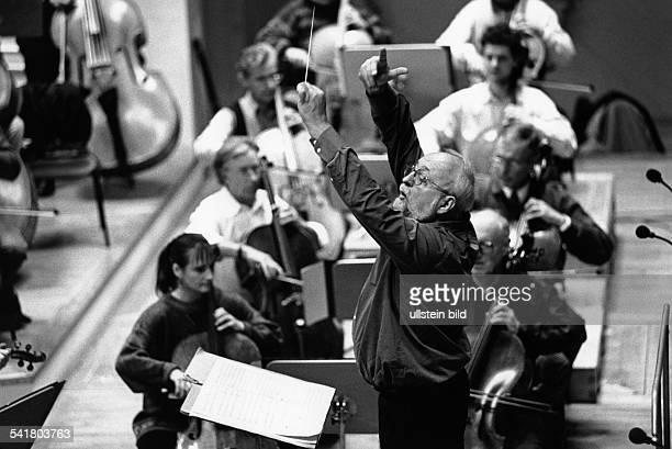 Penderecki Krzysztof *Komponist Dirigent PL als Dirigent bei einer Probe zu einem Konzert mit dem RadioSymphonieorchester im Konzerthaus Berlin