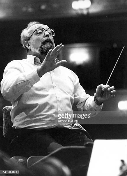 Penderecki Krzysztof *Komponist Dirigent PL am Dirigentenpult waehrend einer Probe 1987