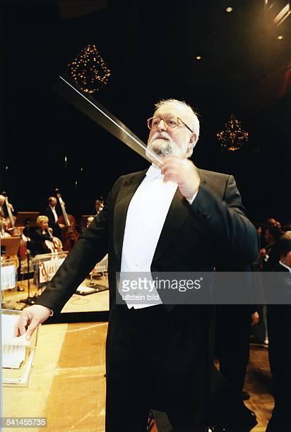 Penderecki Krzysztof *Komponist Dirigent PL dirigiert das Orchester Sinfonia Varsovia beim Europaeischen Presse und Funkball im ICC in Berlin