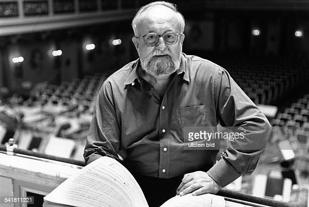 Penderecki Krzysztof *Komponist Dirigent PL Portrait mit Notenheft im Konzerthaus Berlin