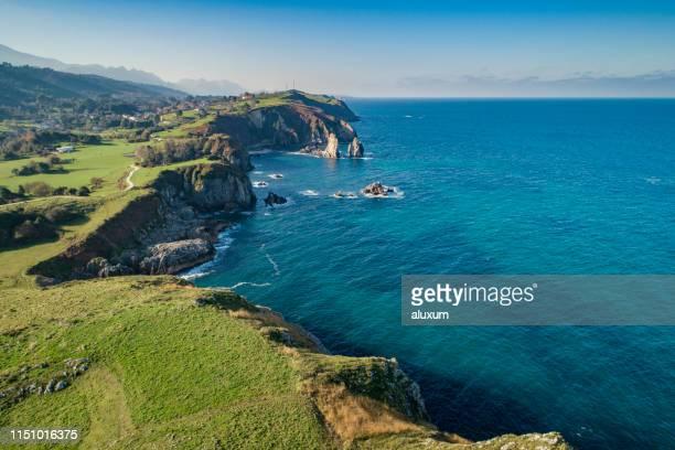 pendueles acantilados en llanes asturias españa - principado de asturias fotografías e imágenes de stock