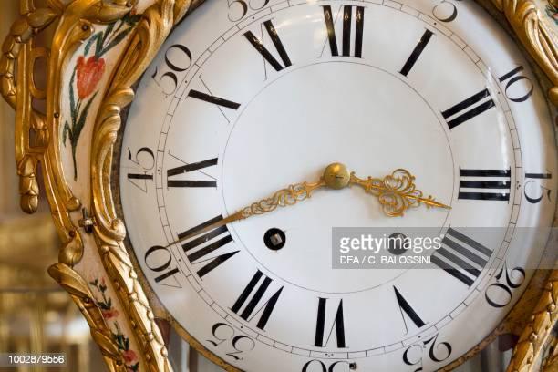 Pendulum clock face, 'Robert, horloger du Roi de Prusse' signature on the back, golden carved wood lacquered interior decoration of the reception...