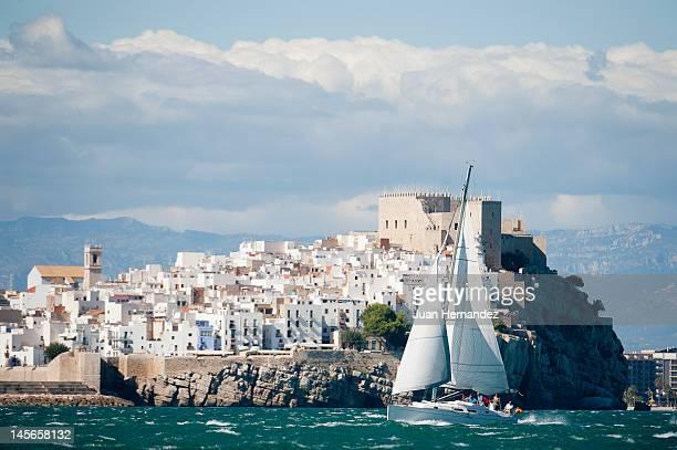 peniscola sailboat - peniscola photos et images de collection
