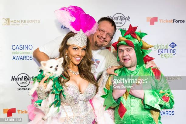 Penn Jillette of the comedy/magic team Penn Teller poses with Casino Comedian of the Year Award recipient comedian Piff the Magic Dragon and...