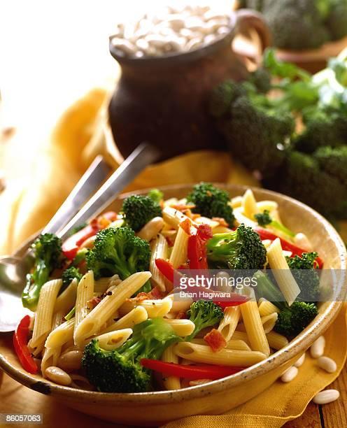 penne pasta with broccoli and red pepper - kruisbloemenfamilie stockfoto's en -beelden