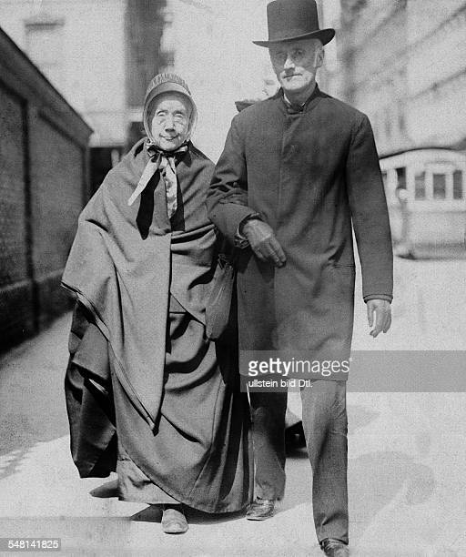 Pennsylvania Philadelphia: A quaker couple - 1920 - Photographer: Philipp Kester - Vintage property of ullstein bild