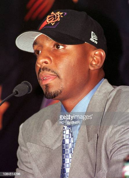 Penny Hardaway addresses a press conference as the newest member of the Phoenix Suns at the America West Arena 05 August 1999 in Phoenix AZ The...