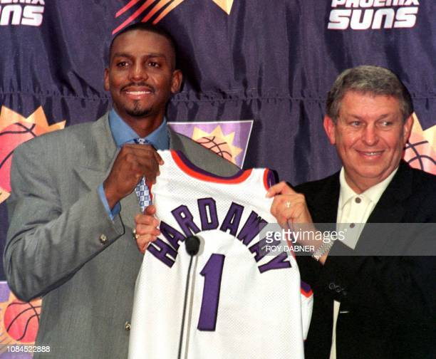 Penny Hardaway and Phoenix Suns owner Jerry Colangelo hold Hardaway's new Suns' jersey during a press conference at the America West Arena 05 August...