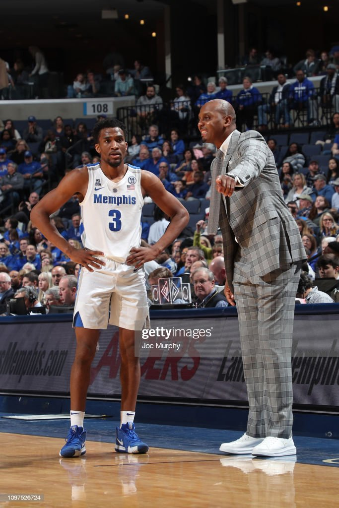 huge selection of b3e49 886dd Penny Hardaway, head coach of the Memphis Tigers talks with ...