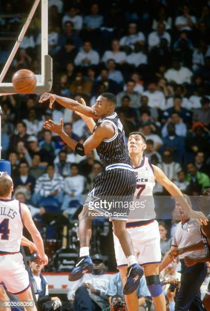 Penny Hardaway of the Orlando Magic passes the ball against the Washington Bullets during an NBA basketball game circa 1994 at the US Airways Arena...