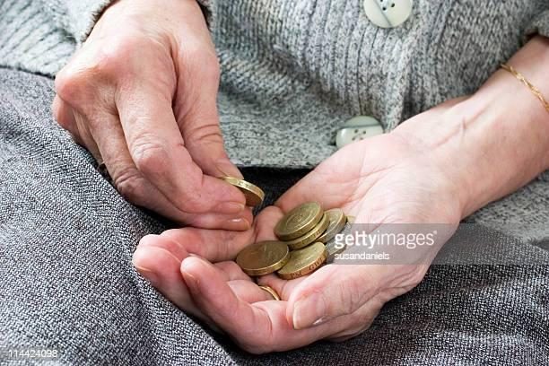 Penny pincher zählen Münzen zu sparen