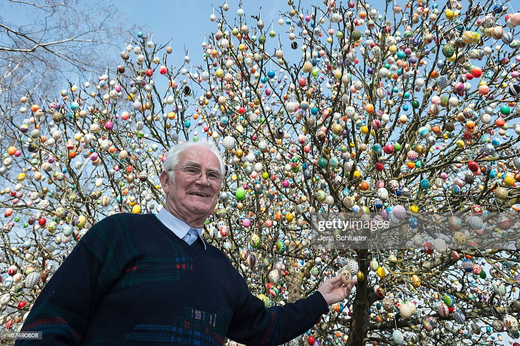 Pensioner Decorates Tree With 10,000 Easter Eggs : News Photo