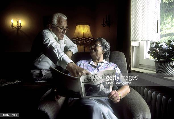 Pensioners read Der Feierabend