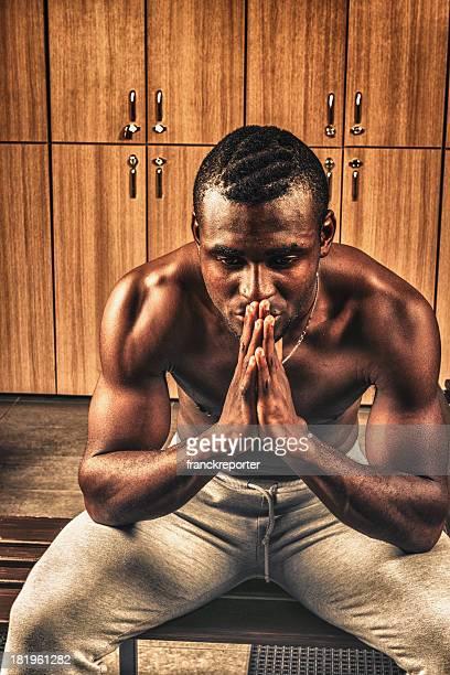 Pensativo atleta en el gimnasio, servicio de vestuario con casillero