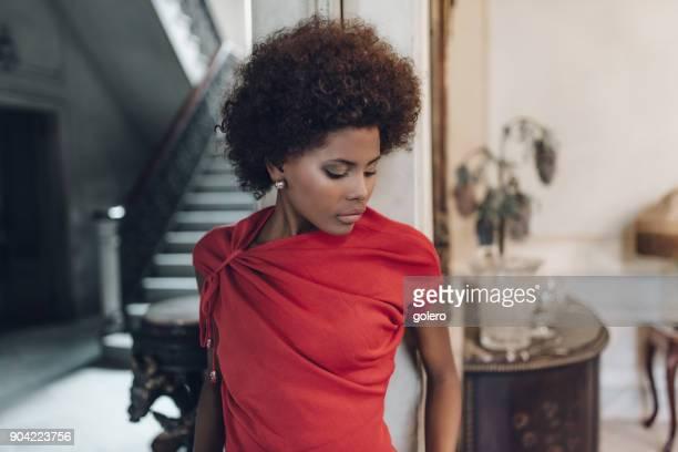 nachdenkliche schöne junge kubanische Frau in alten Haus in Havanna