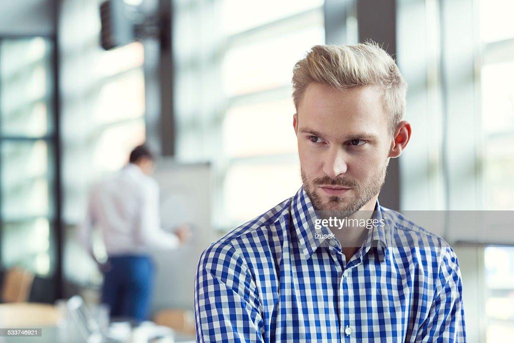 Pensoso uomo d'affari in ufficio : Foto stock