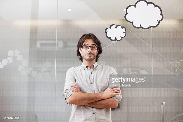 Hombre viejo pensativo empresario mirando hacia arriba en pensamiento burbujas de hélice