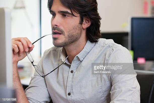 Nachdenklich Geschäftsmann Arbeiten am computer im Büro
