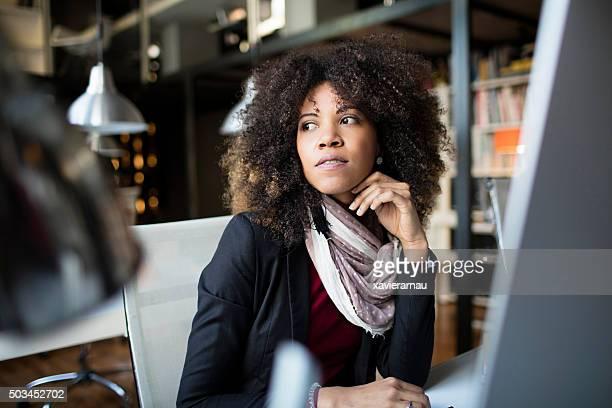 Songeur femme d'affaires à la recherche dans le bureau