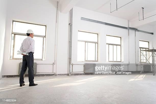 Nachdenklich Auftragnehmer auf Baustelle