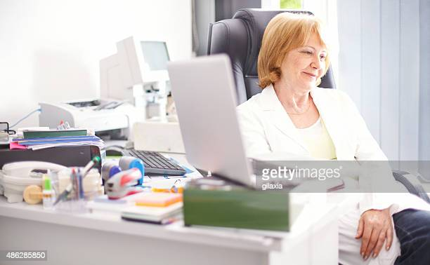 Nachdenklich weiblich Arzt in Ihrem Büro.