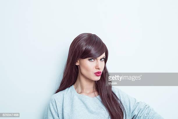Pensativo mujer joven de pelo largo