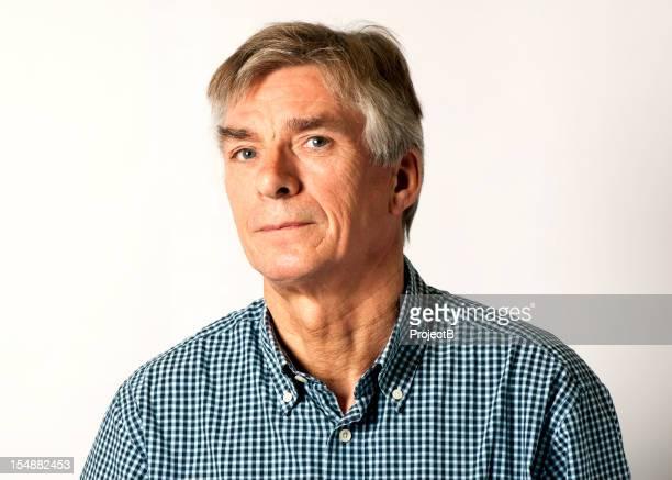 Homme pensif avec portant chemise gris cheveux