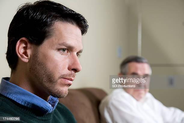 Homme pensif avec son père regarder à lui