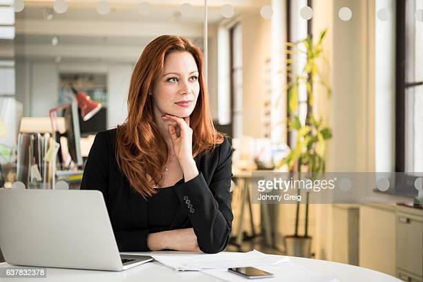 mulher de negócios meio adulta pensativa com a mão no queixo - cabelo comprido - fotografias e filmes do acervo