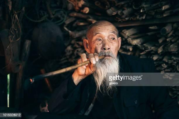 nachdenklich alte chinesische senior woman-Pfeife