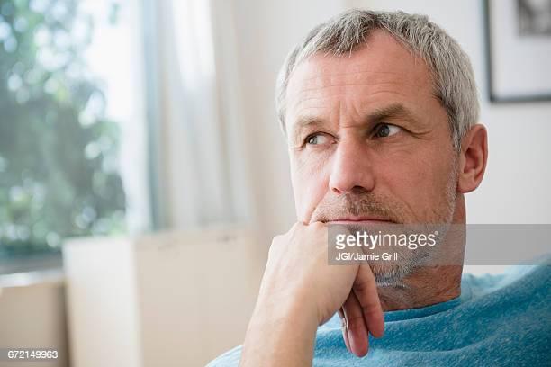pensive older caucasian man - solo un uomo maturo foto e immagini stock
