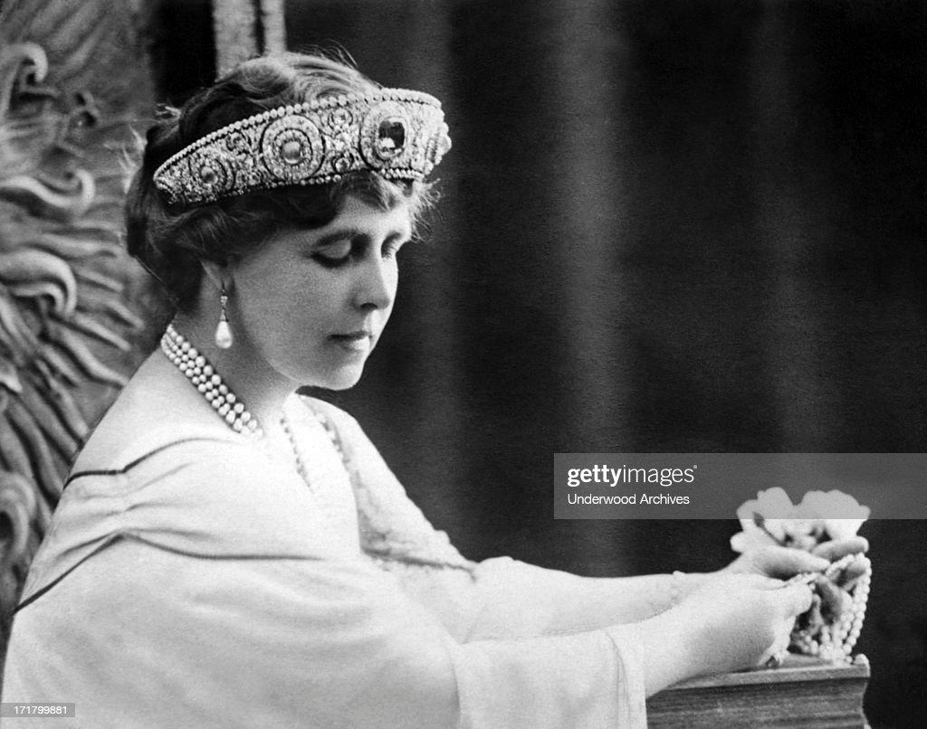 Lady Elizabeth Bowes-Lyon : News Photo