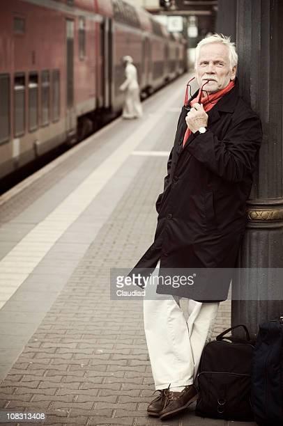 Pensoso senior presso la Stazione ferroviaria di