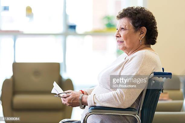 senior mujer pensativa en un asilo de ancianos - hispanic person sick fotografías e imágenes de stock
